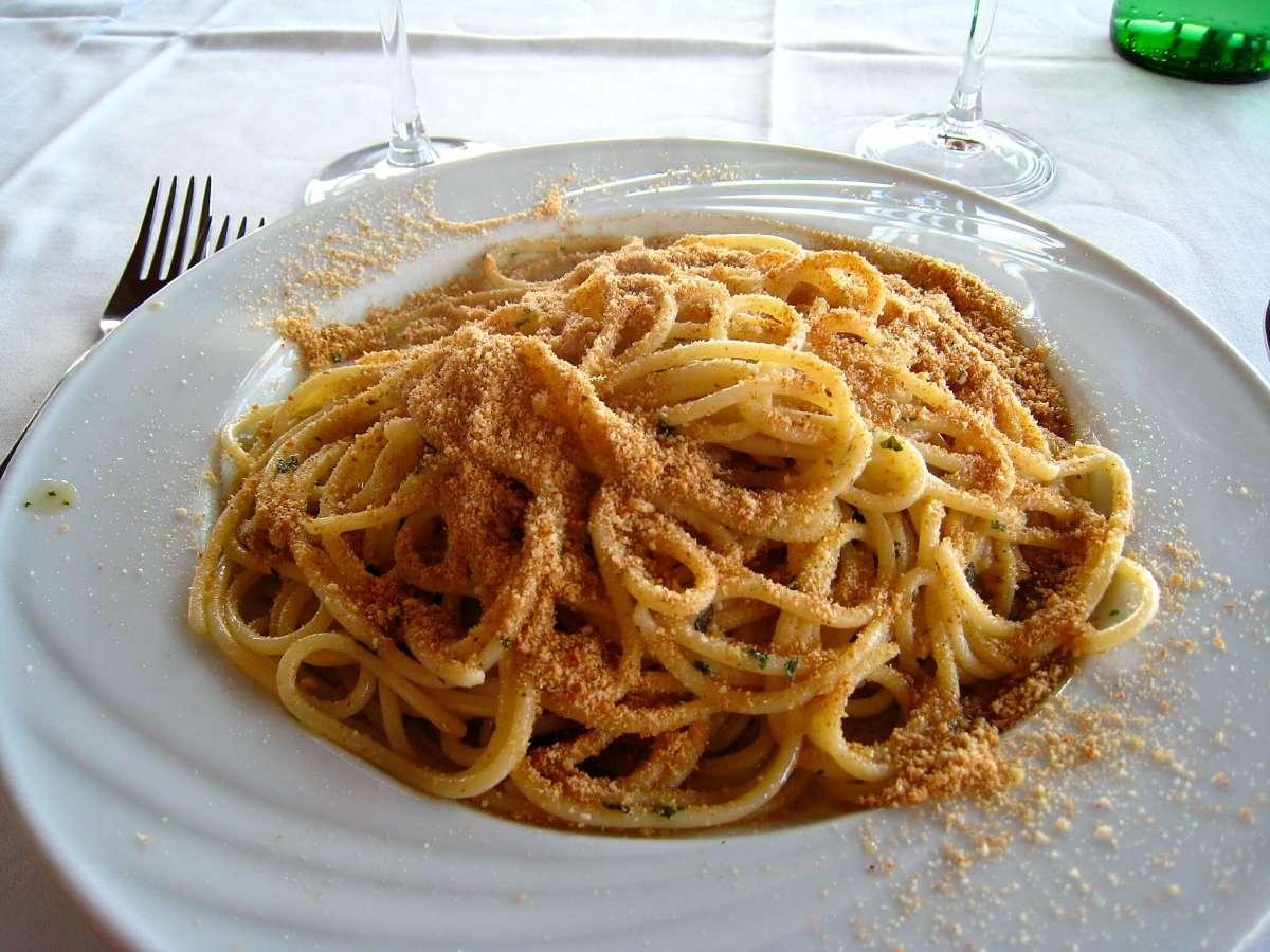 Spaghetti con acciughe, prezzemolo e pangrattato rapidi a farsi