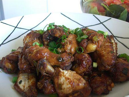 Fotografia di ali e cosce di pollo alla soia