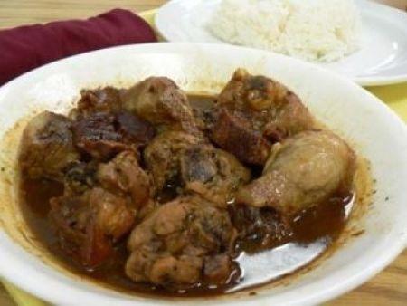 Fotografia di pollo a pezzi con salsa di soia e vino bianco