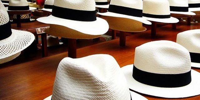 Fotografia di cappelli di Panama in paglia toquilla perfettamente puliti in vetrina