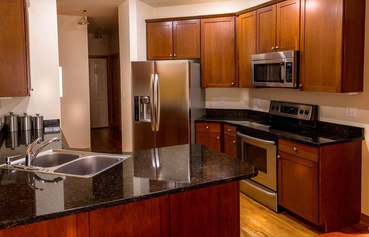 Elettrodomestici in acciaio splendenti in cucina pulita