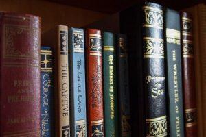 Libreria con volumi di pregio ben tenuti e conservati