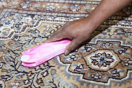 Per pulire e smacchiare i tappeti bisogna usare una spazzola morbida apposita