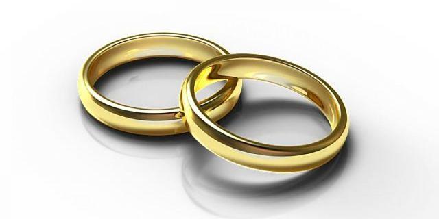 Splendenti anelli di oro giallo appena puliti