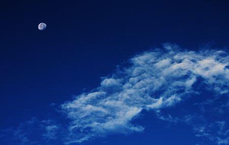 Immagine di luna in fase calante e nuvole