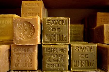 Per preparare il detersivo per lavatrice naturale si usa sapone di Marsiglia puro come questi