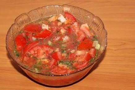 Salsa a crudo di pomodoro, basilico ed aglio fatta riposare