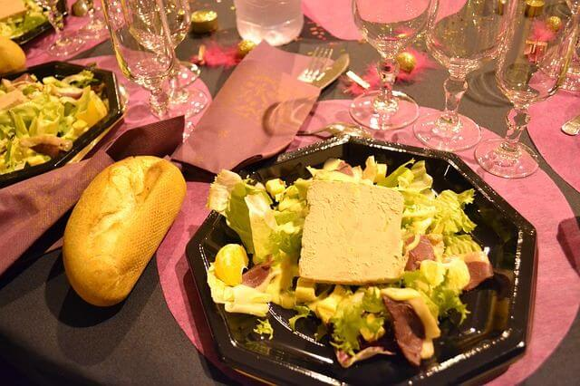 Fetta di paté di fegati misti alla Bergese nel piatto
