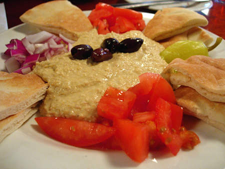 Hummus con verdure, olive e pita per sfizioso antipasto