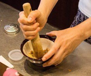 Preparazione del gomasio con suribachi e surikogi
