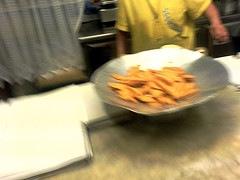 Panissa appena fritta sul banco di una friggitoria
