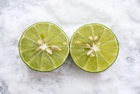 Limone tagliato a metà e sale fino