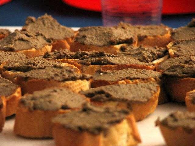 Antipasto toscano di crostini con crema di fegatini di pollo