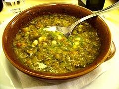 Minestrone di verdure di stagione con olio, pesto e parmigiano