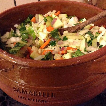 Cottura tipica del minestrone genovese in pentola di coccio