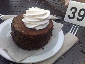 Tiramisù fatto con cioccolato avanzato guarnito con panna
