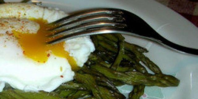 Gli asparagi alla Bismarck sono un piatto milanese