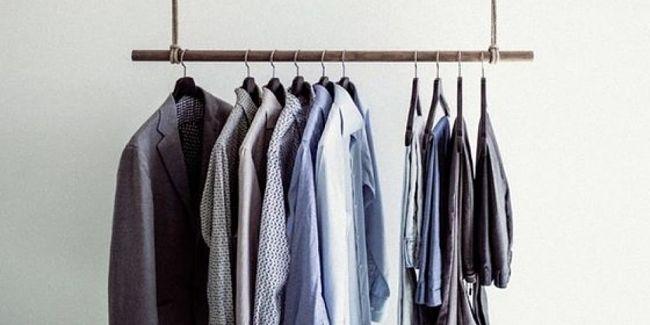 Dopo aver tolto le macchie di muffa bisogna appendere il vestiario ad arieggiare fuori dell'armadio