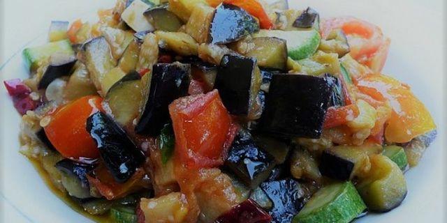 Gustosa e leggera caponata di melanzane e peperoni con l'aggiunta di zucchine