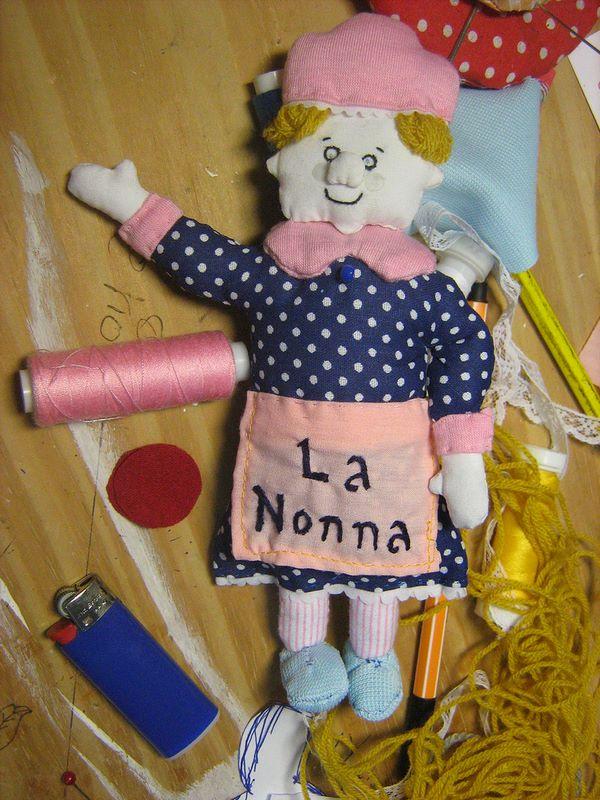 Bambola con l'aspetto di nonna vestita artigianalmente con tessuti diversi