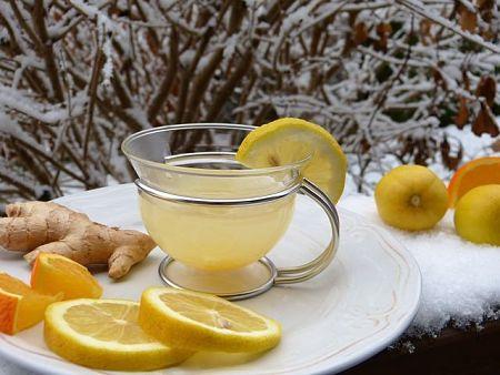 Bere una tazza di acqua tiepida, limone e zenzero al mattino previene le malattie e disintossica l'organismo