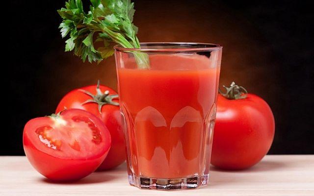 Succo di pomodoro fresco fatto in casa facilmente e guarnito con prezzemolo