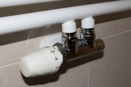 Radiatore da bagno provvisto di valvola termostatica