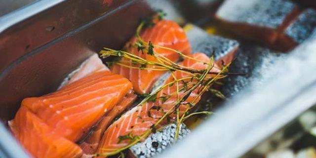 Salmone rosso selvaggio dalle proprietà benefiche e non nocivo