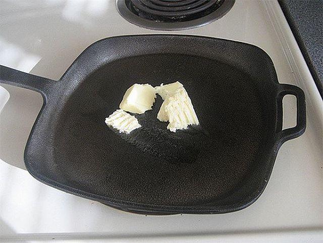 Padella di ferro con burro per cuocere alla perfezione