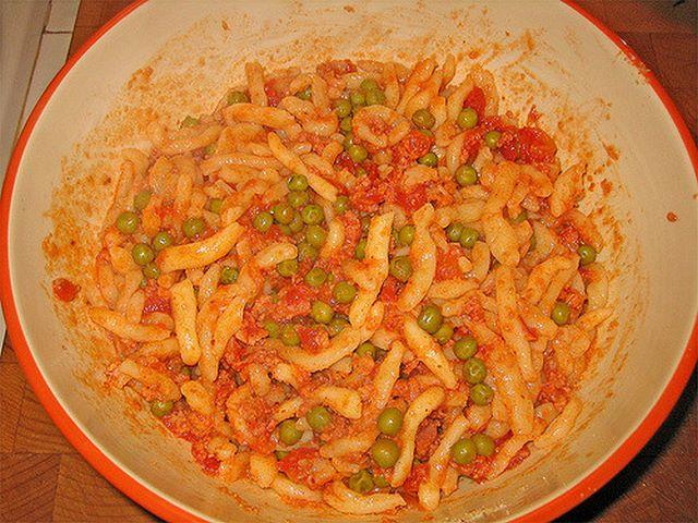 Pasta casereccia con ragù di salsiccia e piselli