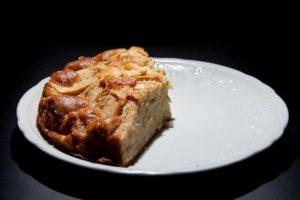 Pezzo di torta di mele dieterica su piatto
