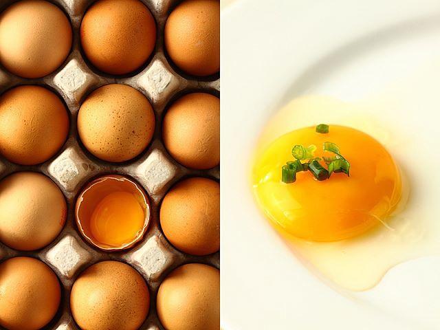 Uovo crudo su piatto e uova nel guscio