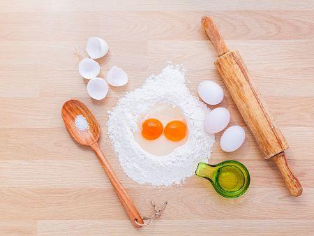 Ingredienti e utensili per la preparazione della pasta all'uovo fatta in casa
