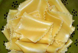 Se si aggiunge olio quando si lessano le lasagne, si evita che si attacchino tra loro