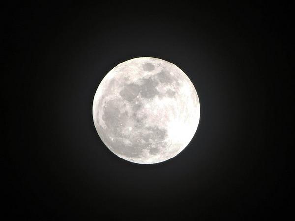 Luna piena in cielo sereno notturno