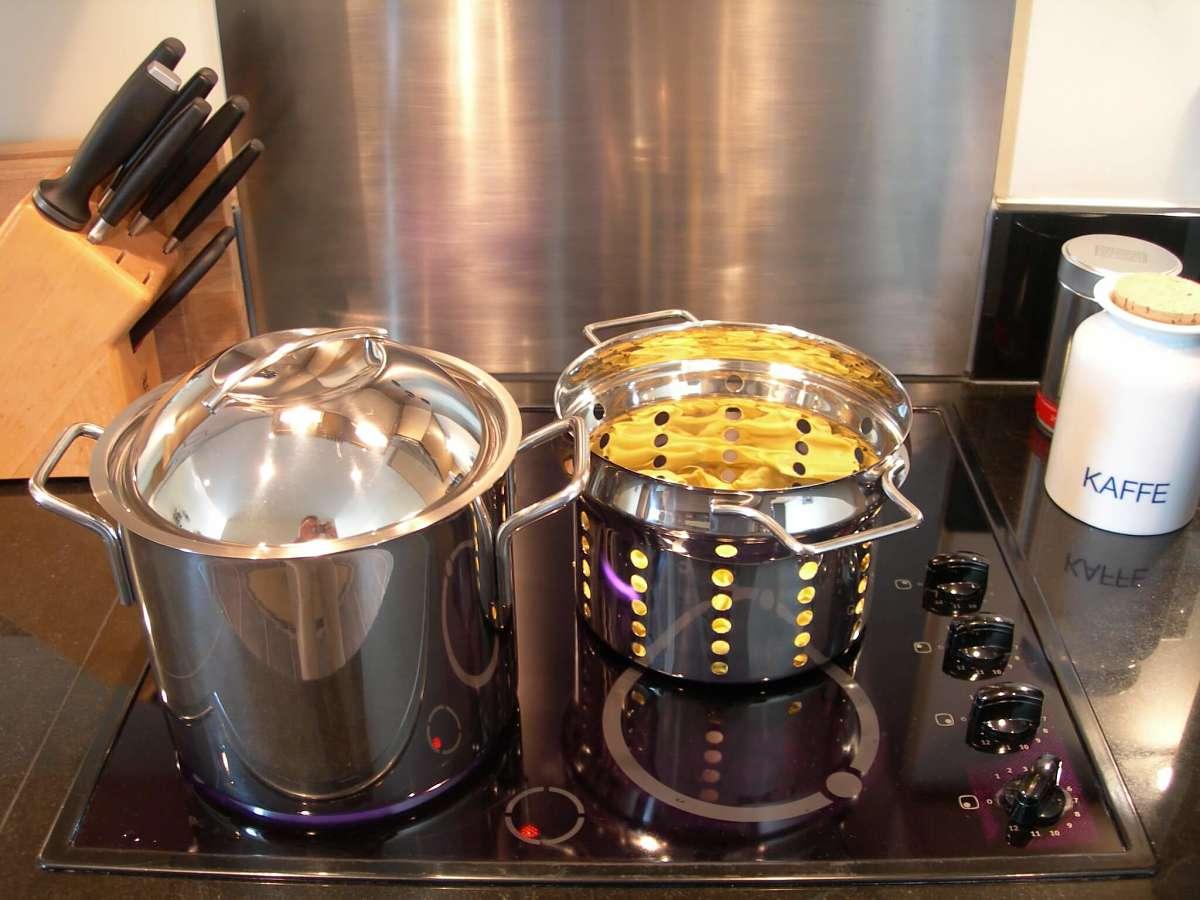 3 pezzi lucidati di batteria da cucina su piastra a induzione