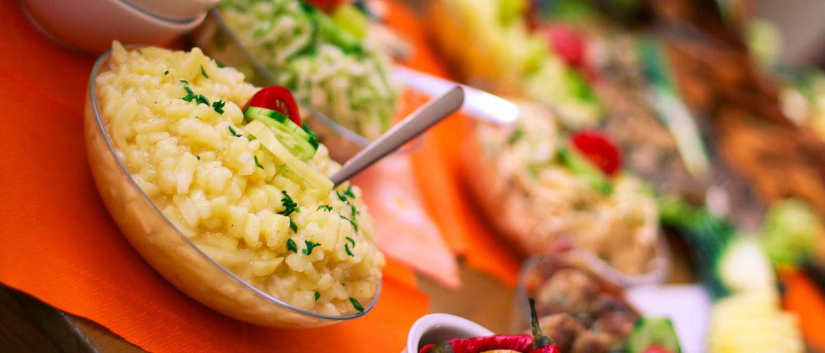 Insalata di patate tedesca con prezzemolo di guarnizione
