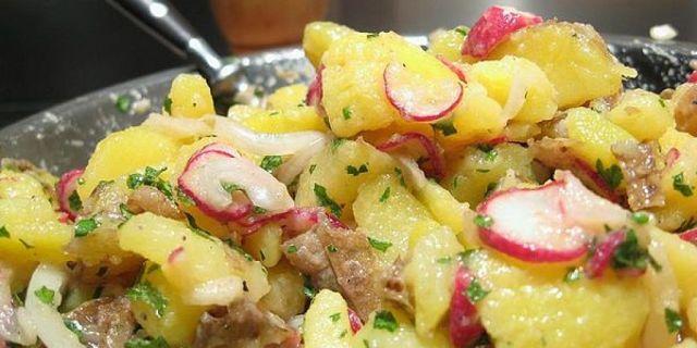 Insalata di patate tedesca con ravanelli, cipolla e carne