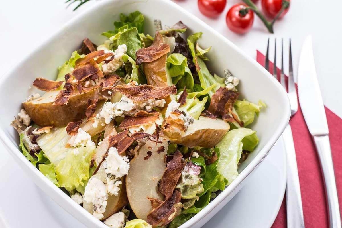 Insalata di pollo, formaggio e verdure all'italiana