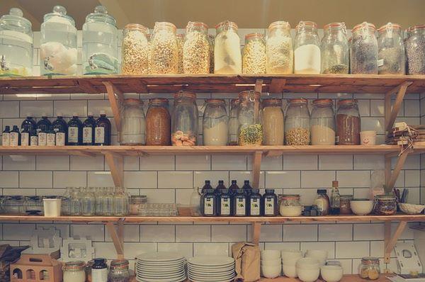 Scaffale di cucina con alimenti protetti dalle tarme del cibo e da altri insetti