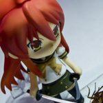 Bambolina con spada in mano e scarafaggio morto