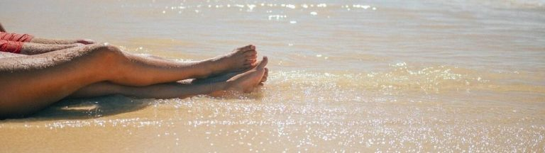 Gambe scoperte ben curate in estate sulla spiaggia