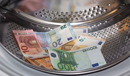 Banconote nel cestello della lavatrice