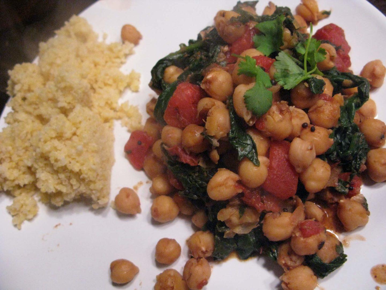 Insalata di miglio, ceci e pomodori con l'aggiunta di spinaci