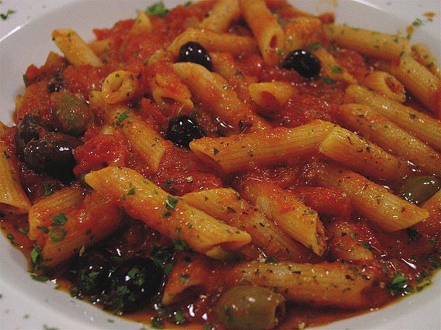 Penne alla mediterranea con sugo piccante al pomodoro e olive