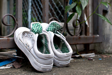 Scarpe sportive messe ad asciugare con la punta sollevata