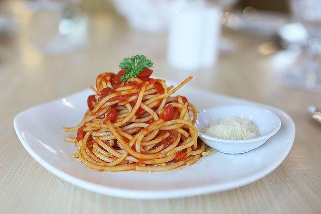 Spaghetti conditi con salsa di pomodoro fresco fatta in casa