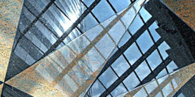 Pavimento di marmo talmente lucido da riflettere l'esterno