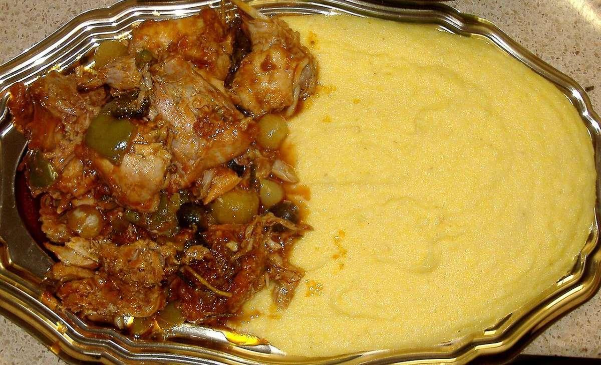 Il coniglio con le olive si sposa bene con la polenta scondita che ne assorbe il sughetto di cottura