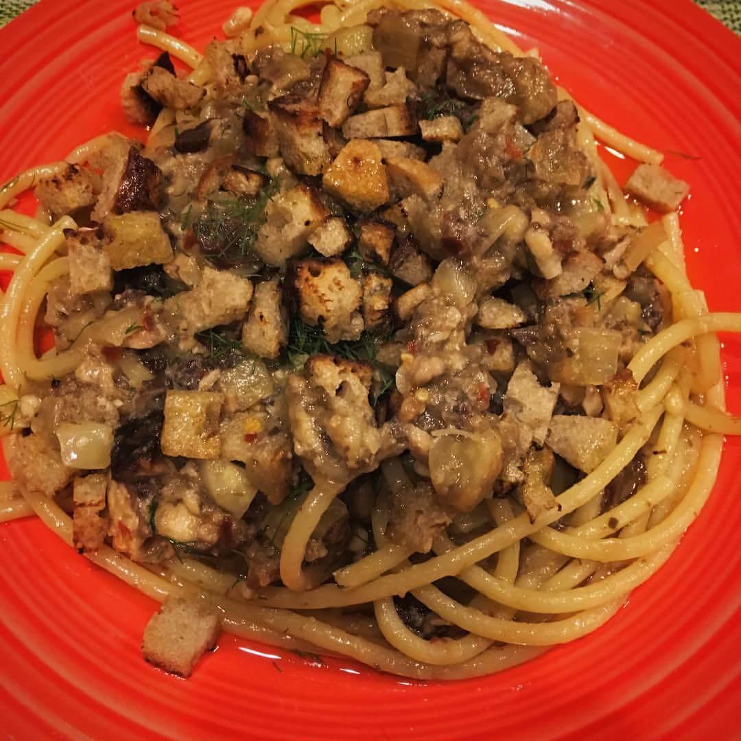 Pasta alla siciliana con sarde, pinoli e uvetta